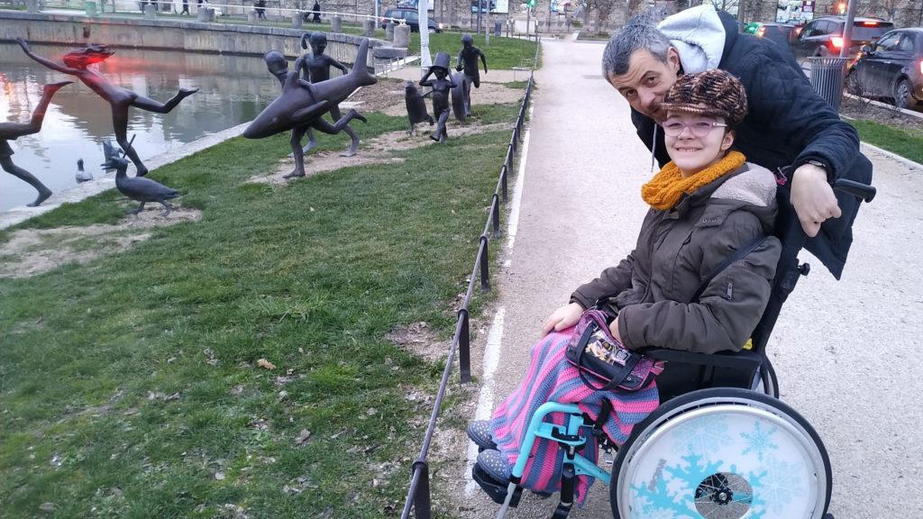 """Mylène et son papa devant """"La ribambelle joyeuse"""" Œuvre en bronze de l'artiste belge Tom Frantzen à Troyes"""
